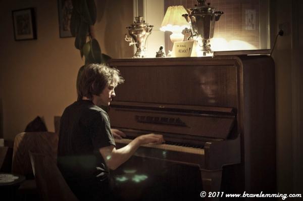 Mikuláš playing piano in a čajovna