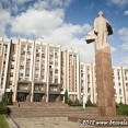 Lenin is standing proudly in front of the presidential palace in Tiraspol
